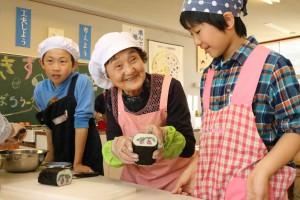 伝統食名人がさくらんぼ柄ののりまきづくりを伝授