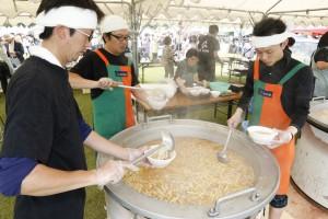 青年部が協力し大鍋で煮込んだタケノコ汁を販売