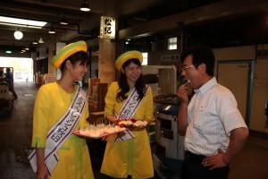 県産の梨を秋田市公設卸売市場でPR