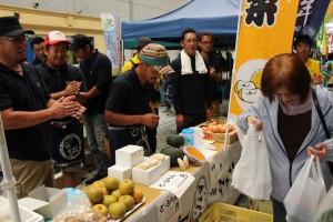 秋田県のJA青年部が秋田駅前で直売を行い、県産農産物をPR