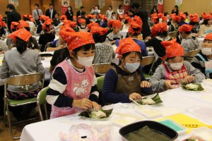 種苗交換会で「わくわく食農教室」を開催。おにぎらずを作る。