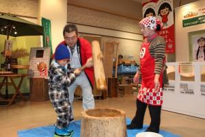 直売所で新春を祝い餅つき大会を開催