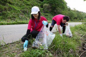 職員が温泉施設周辺の清掃ボランティアを行う