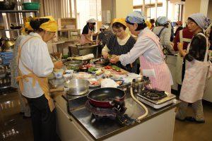 野菜ソムリエを講師に招き、JA女性大学の受講生が自ら育てた野菜を調理