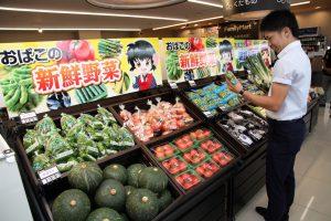 ファミリーマートおばこ大曲店内には新鮮野菜が並ぶ