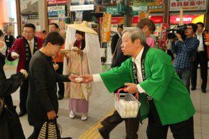 木村会長㊨や佐竹知事㊧、ミスあきたこまち㊥などがおにぎりを手渡しした