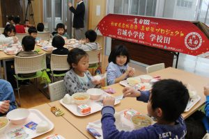 真田米を使ったおにぎり給食を食べる児童ら