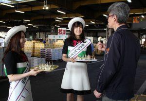 和梨の試食をすすめるミスフレッシュ