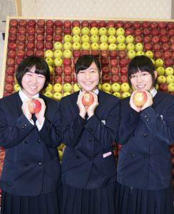 「落ちないりんご」を手にする受験生