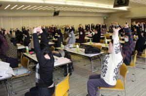 体操を実践する参加者