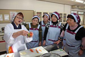 新山さん(左)が調理方法を解説