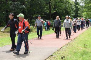 北欧の杜公園を歩く参加者