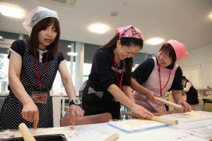 料理教室を楽しむ参加者
