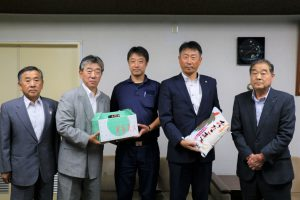 渡辺校長(右から2番目)へ米を贈呈する京極組合長(右)