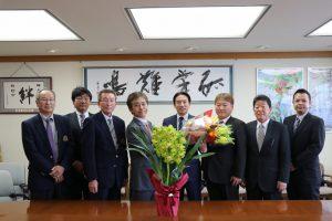 髙橋市長(右から4番目)に管内の花をPRした花卉総合部会役員ら
