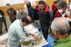 繭洗浄の手順を確認する部会員