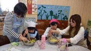 料理を楽しむ親子参加者