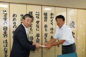 和田校長へ激励金を手渡す吉田副組合長(左)